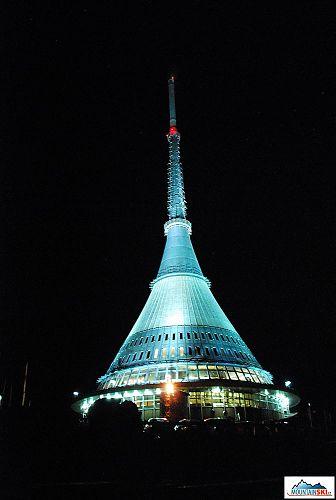 Nasvícený vysílač na Ještědu v pátek 13. prosince