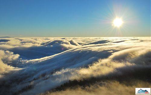 Slunce krásně nasvěcovalo kýčovité šedé moře