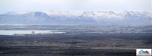 Reykjavík a v pozadí pohoří s nejvyšším vrcholem Esja - 914m
