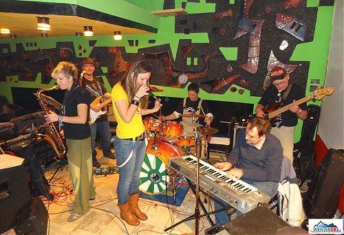 Skupina Oblastné Skutočnosti  při koncertu v baru chaty Kosodrevina