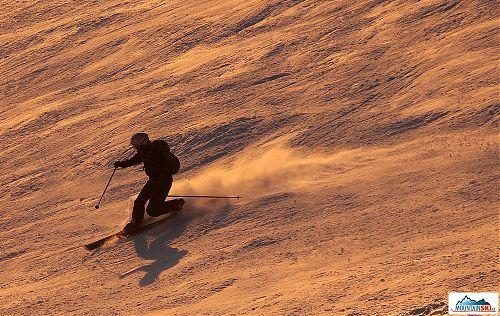 I od telemarkových lyží se pěkně práší