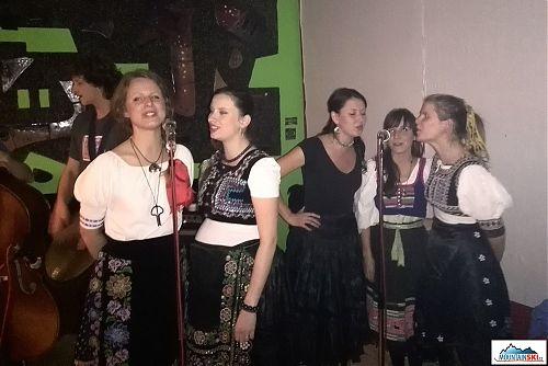 Zpěvačky skupiny Buchajtramka v plném nasazení