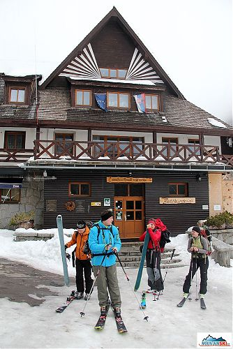 Skialpinisticko-freeridová skupina na odchodu od Popradského plesa - tady bylo ještě vidět