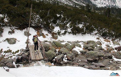 Cestou od zastávky Popradské pleso až nad Žabí plesa byly snad jen dvě místa, kde nebyly ideální sněhové podmínky na výstup na pásech - přes tento dřevěný most to na lyžích šlo