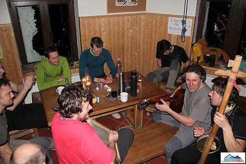 Večírek se rozjíždí: kytara Macek, vozembouch Mira, valcha Messner a lžičky Brko