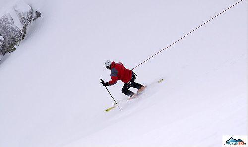 Bruder Libor se snaží maximálně zatěžovat svah při aktivním lavinovém testu