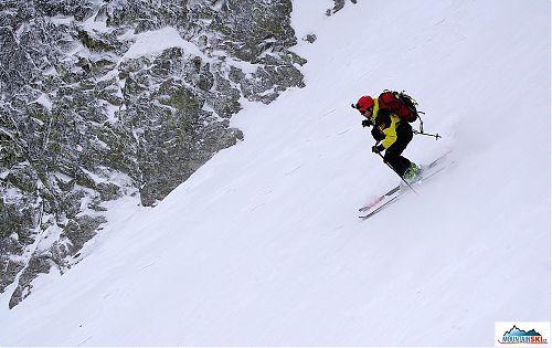 Zrovna jsem uprostřed přechodu mezi dvěma oblouky - proto to nestandardní postavení lyží