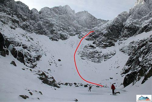 Dolní část sjezdu je naznačena červeně, horní je schována za skalami