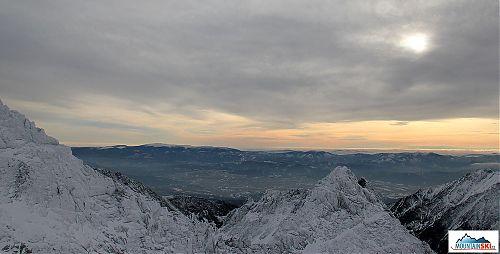 Krásně viditelná východní část hřebene Nízkých Tater - nejvíce sněhem pokrytá je Králova hola
