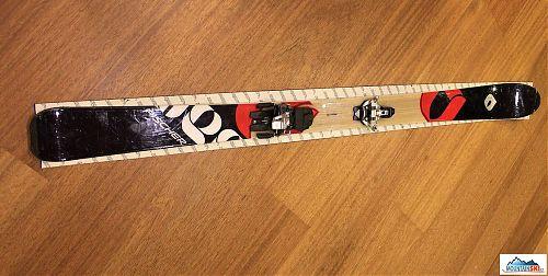 Pás nalepíme na lyžu rovno a rovnomerne