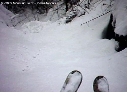 Sníh se valil pod námi