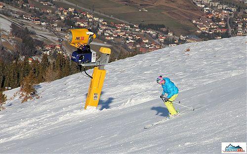 Julia míjí jedno z mnoha sněhových děl v Bad Gasteinu - bez nich by bylo všude zeleno