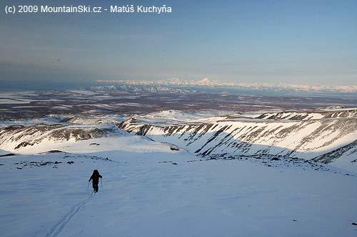 Cestou na Kozelskij sa pomaly otvárali výhľady, vdiaľke vidno vulkán Viljučinskij, ktorý sme neskôr tiež zlyžovali
