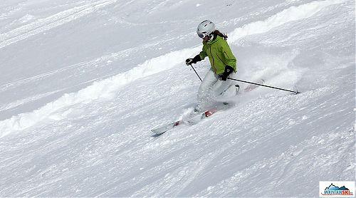 Katka práší na telemarkových lyžích