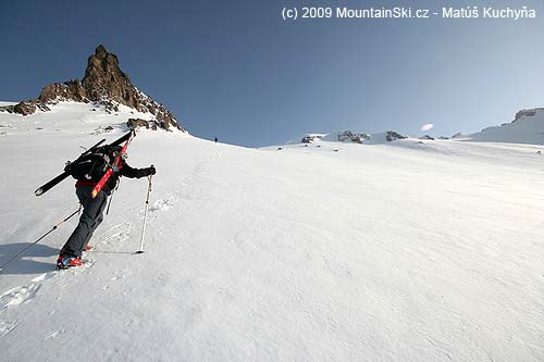 Dokonalé počasie, dokonalý sneh, vedúca Mirka stúpa na Kozelskij– hore už vidnovrchol