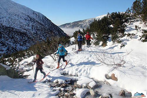 Překonávání prvních zanedbatelných překážek na skialpnistických lyžích