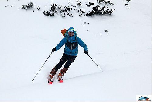 Správné old-school lyže - délka 190 cm, šířka po celé délce 65 mm a tomu odpovídající poloměr zatáčení tak 150 m!