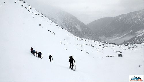 V řadě za sebou... skialpinisté jdou
