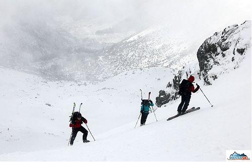 Do sedla každý dostoupal tak, jak uznal za vhodné - někdo pěšky, jiný na lyžích