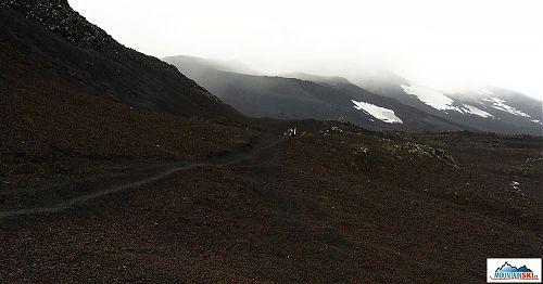 Začátek výstupu na Heklu vypadá jako značená dálnice, o 300 metrů výše se dálnice změní v neznačenou polňačku