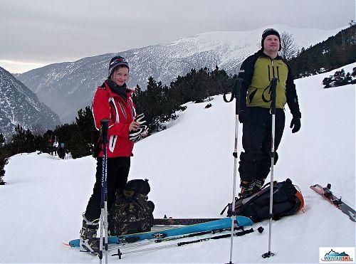 Chvíle odpočinku před výstupem na Žiarské sedlo, lyže sundané z batohu, po dobu nesení jsou na nich celou dobu stále připnuté pásy, hned při lepších sněhových podmínkách lyže nazouváme a pokračujeme vzhůru