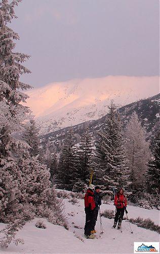 Cestou ze Žiarskeho sedla snášíme v některých místech lyže kvůli nedostatku sněhu