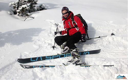 Pády také vydatně vyzkoušeny, lyže vše zdárně vydržely, a to i nejkrkolomnější pozice