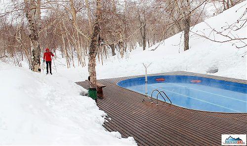 Nasťa Kuzmina se vrací z tréninku v kamčatských březových lesích - kolem vyhřívaného plaveckého bazénu v údolí řeky Paratunka