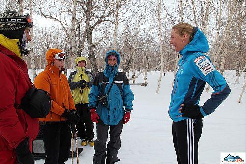 Mizíme opět na skialp a loučíme se s Nasťou - dámy z naší skupiny jsou nabaleny na přejezd na skútru, zatímco Nasťa je jen v tréninkovém oděvu