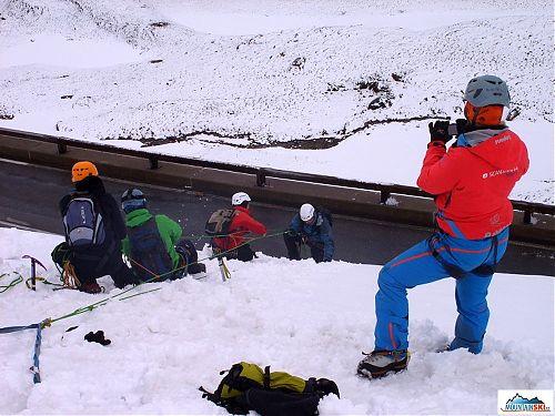 Klienti si trénujú najprv na bezpečnom mieste techniku ľadovcovej záchrany