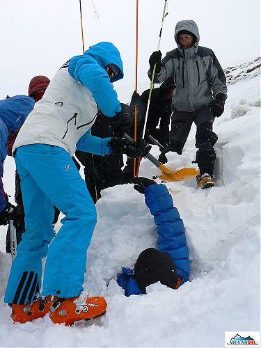 Zakopaný Jiří Švihálek - je potřeba ho pořádně opíchat lavinovými sondami