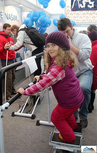 Ve stánku ČVUT bylo mimo jiné možné vyzkoušet i lyžařský trenaže jak v dětské verzi, tak normalní pro dospělé, soutěžilo se přitom o lyže