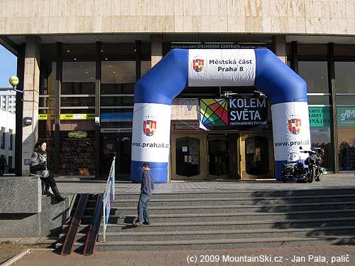 Sunday afternoon at festival Kolem světa in front of KDLádví