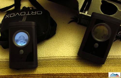 LCD displej - vlevo v režimu jemného dohledávání, vpravo režim vysilání