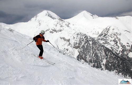 Nedělní rozlyžování, kdy čerstvého sněhu bylo ještě pomálu, v pozadí vrchol Vichrenu