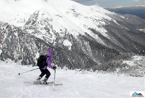 Dole kopcem z nejvyššího místa lyžařského střediska Bansko