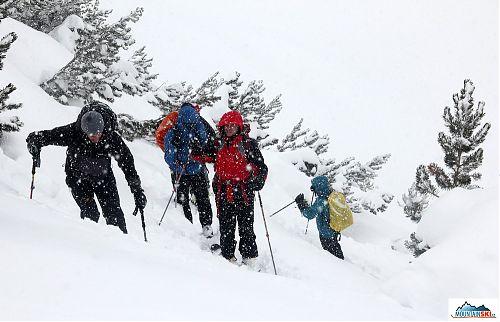 Šlapeme strmým svahem nad chatou Vichren - doprovází nás husté sněžení