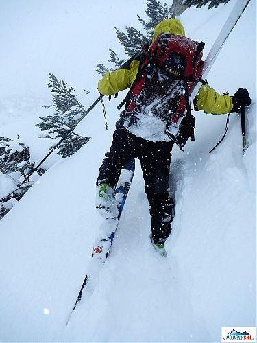 Přes široké prašanovky G3 Synapse bylo prošlapávání stopy v hlubokém prašanu docela náročně - pravá hůlka Fizan mizící ve sněhu je nastavená asi na 120 cm