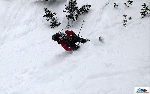 Nečekaný propad spodní lyže má za následek ztrátu rovnováhy a pád hlavou dolů ze svahu