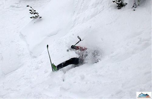 Pád je téměř u konce - lyžař celou dobu držel hůlku, aby ji neztratil - poutko správně neměl na ruce