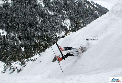 Přetočení bylo úspěšně provedeno a nohy lyžařky se dostávájí dolů po svahu