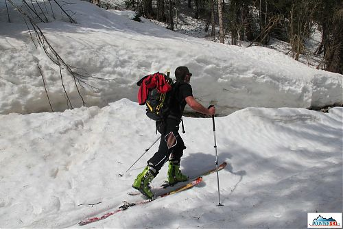 Šlapu na pásech do sedla Vršič - vybavení: 1. vázání Fritschi Diamir Vipec, 2. lyže Mountain Wave, 3. ABS lavinový batoh Ortovox, 4. ultra lehké skialpinistické hole Kohla. Foto: Bruder
