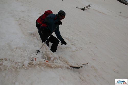 Mira prakticky předvádí, že prašan v Julských Alpách koncem března nebyl