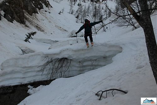 Mira se pomocí skoků dostává do nižších nadmořských výšek potočním korytem