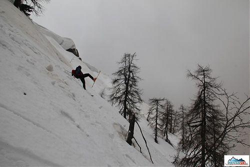 Mira při akrobatické jízdě dole kopcom