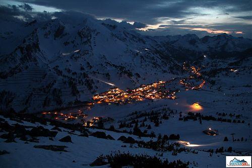 Pro sjezd jsme si vybrali tento volný terén, bez čelověk to bylo mezi vykukujícím skalkami docela zábavné... v Obertauernu je apres ski v plném proudu