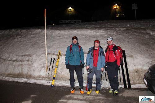 Po nočním sjezdu do Obertauernu bez čelovek vypadají kolegové spokojeně - zřejmě jim budu muset napříště připravit něco podobného