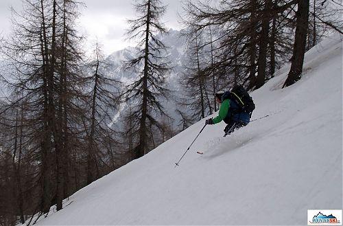 Sjezd mokrou kaší na lyžích Mountain Wave