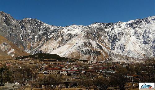 Vesnička Stepantsminde, výchozí bod pro výpravy na Kazbek a na pár dnů poslední civilizace
