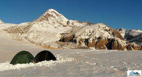 První mrazivé ráno naší výpravy Kazbeku na dohled, což je tady vlastně pořád